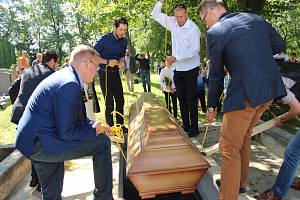 Uložení ostatků do obnovované hrobky na chodovském hřbitově.