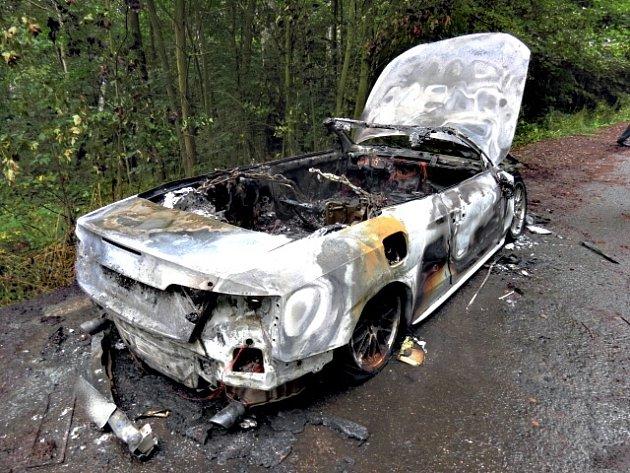 Zloděj zapálil luxusní auto. Chtěl zamést stopy?