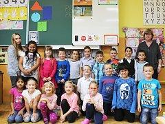 Žáci 1.A Základní školy Sokolov, Křižíkova s třídní učitelkou Mgr. Světlanou Tothovou a asistentkou Monikou Modrokovou.