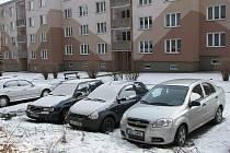 TAK TO VYPADÁ dnes v Jiráskově ulici na habartovském sídlišti. Podle mnohých lidí se tu prý večer jen těžko hledá volné místo na parkování.