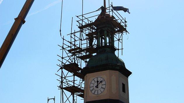 Novou špici vyzdvihl na Černou věž jeřáb.
