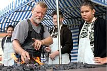 Při workshopu se do tvorby listů budoucího kovového stromu zapojili i chodovští školáci.