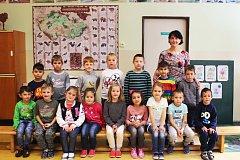 Prvňáčci ze ZŠ Bukovany s třídní učitelkou Dagmar Moudrou.