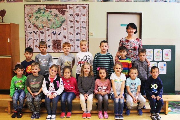 Prvňáčci ze ZŠ Bukovany střídní učitelkou Dagmar Moudrou.