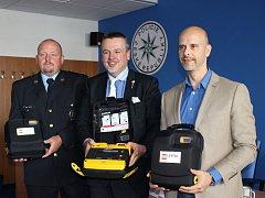 Další  tři defibrilátory představili (zleva) Václav Husák, vedoucí odboru pořádkové policie krajského ředitelství policie, Jan Bureš, krajský radní pro zdravotnictví, a Miloš Kukačka, zástupce ředitele a vedoucí nelékařské služby ZZS Karlovarského kraje.