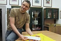 VLADIMÍR KALNÝ S TIBERTSKÝMI SPISY, které dostala knihovna darem od cestovatele Ladislava Hanky.