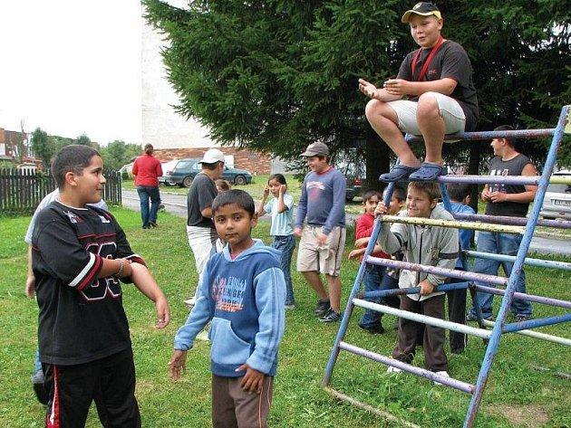 DĚTI V ROVNÉ přiznávají, že příliš možností na zabavení v obci nemají. Uvítaly by proto nové fotbalové hřiště a třeba i možnost čistého koupání.