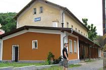 Oranžová fasáda nádraží je podle místních zajímavá, opravy mají v budoucnu pokračovat.