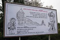 U vjezdu do Chodova si lidé mohli všimnout velkého plakátu s králem a šaškem. Jednalo se o politiku nebo recesi?