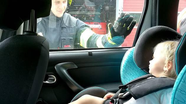 V rozehřátých autech uvěznili děti i zvířata. Na pomoc museli přispěchat hasiči.
