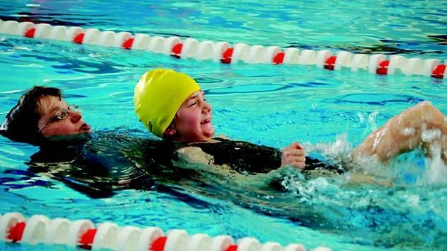 Sokolovský bazén v sobotu hostil pátý ročník plaveckých závodů pro handicapované Pohárek.