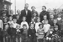 Václav Němec s dětmi lískovské jednotřídky v roce 1933.