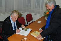Autogramiáda Václava Kotěšovce v kraslické knihovně