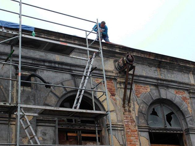 Město už bylo nuceno řešit havarijní stav střechy historické Dvorany a s tím souviselo i sejmutí památkově chráněných stropů.