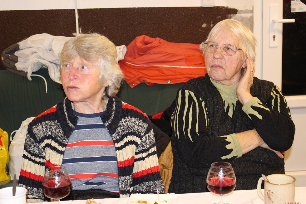 Jednou z akcí je i společné posezení se seniory na konci roku. Zpívalo se, klábosilo, rozdávaly dárky a vládla pohoda a dobrá nálada.