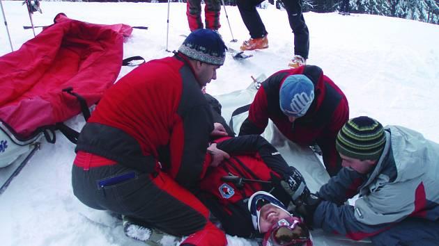 HORŠTÍ ZÁCHRANÁŘI ošetřovali v letošní zimní sezóně více úrazů. Důvod je jednoduchý. Sezóna trvala mnohem déle, a na hory tak zamířilo více lidí. Na snímku při cvičení ošetřují zraněnou osobu horští záchranáři z Bublavy.