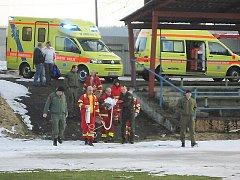 Pro opařené batole přiletěl vrtulník na fotbalové hřiště v Kraslicích.