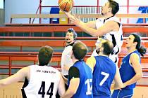 Semifinále play- off krajského přeboru basketbalistů, BK Sokolov - Jiskra Aš (v modrém)