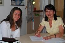 Nová vedoucí odboru školství a kultury v Sokolově Simona Randová (vlevo) nezahálela spolu se Světlanou Sojkovou ani o letních prázdninách