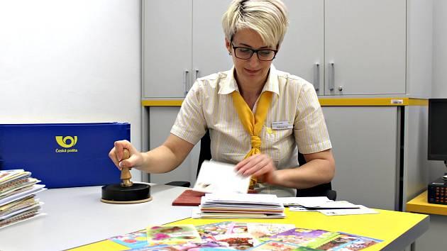 POŠTMISTROVÁ Iva Vlčková včera opatřila velikonočním razítkem několik kilo pohlednic a obálek.
