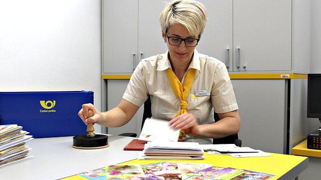 Iva Vlčková včera opatřila velikonočním razítkem několik kilo pohlednic a obálek.