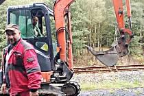 Na železnici začaly opravy přejezdů.