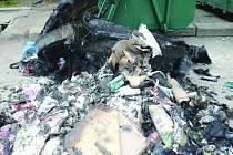 SHOŘELÝ KONTEJNER. V ulici Karla Čapka neznámí vandalové zapálili kontejner na tříděný odpad.