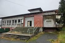 Nivy opraví chátrající budovu bývalé školy, vzniknou nové byty, knihovna i obchody.