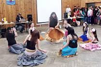 Děti a rodiče vlastními silami připravili nejen taneční choreografii pro několik vystoupení, ale šili tanečnicím i kostýmy