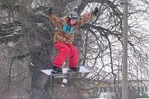 PARÁDNÍ SKOKY. Na břehu řeky Ohře v Sokolově čekala na diváky nevšední podívaná. Skokani na lyžích nebo snowboardu tu předváděli divoké otočky a nejrůznější salta.