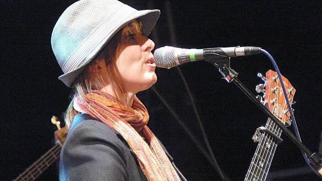 Suzanne Vega zpívala v Lokti.
