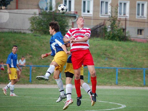 První gól utkání vstřelil Klemera (v pruhovaném).