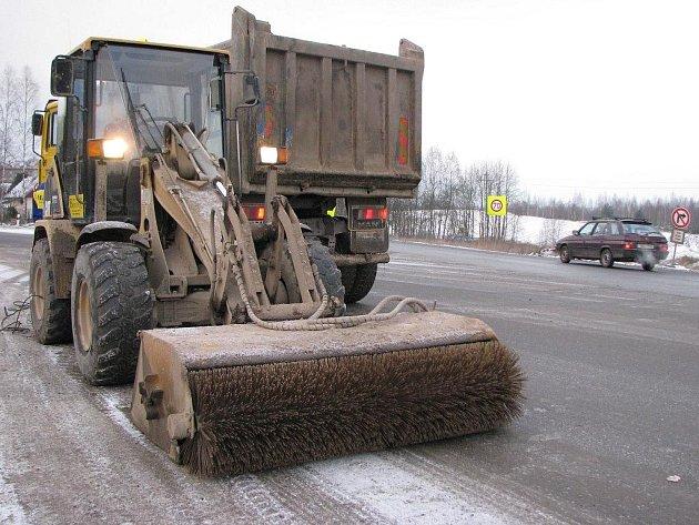 Motoristé projíždějící po silnici I/6 na Sokolovsku musejí být obezřetní. Komunikace totiž vede podél staveniště, odkud často vyjíždějí nákladní vozy. Ty pak vozovku mnohdy znečistí. Na snímku je vozidlo přizpůsobené na drhnutí zabláceného povrchu.