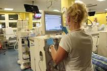 Cukrovka je jedním z rizikových faktorů pro selhání ledvin. Pacienti jsou pak odkázáni na dialýzu (na snímku).