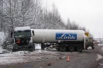 NEHODA cisterny se stala v úterý odpoledne na silnici z Vintířova na Lomnici. Řidič kamionu tam narazil do svahu, čímž se cisterna dostala do smyku. Při nárazu se nezranil.