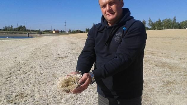 KOUPALIŠTĚ Michal už je téměř bez vody.  Provozovatelé ho nechali vypustit, aby  bakterie zmizely. Dno už je čisté, bez plžů.