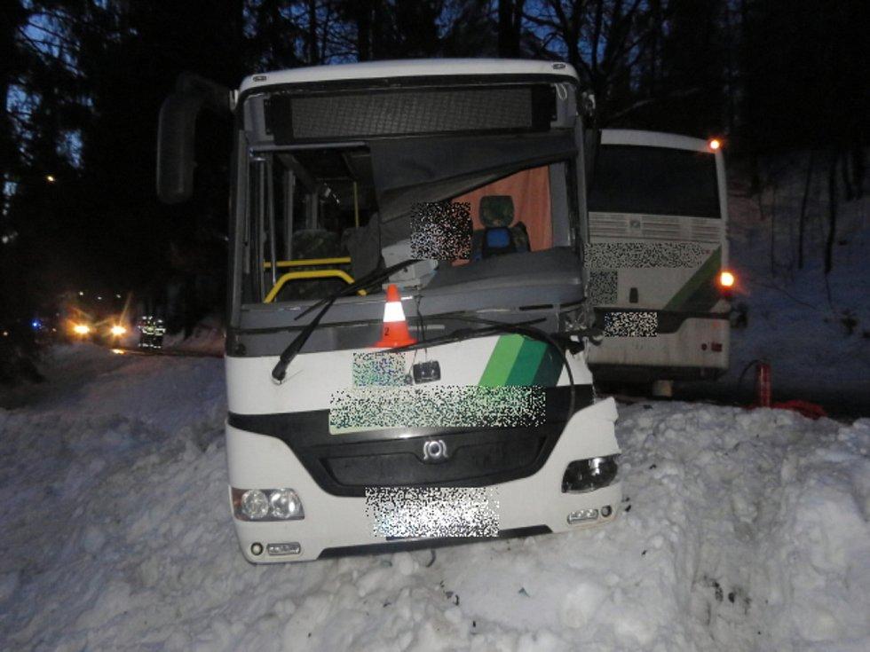 Policisté hledají svědky srážky dvou autobusů.