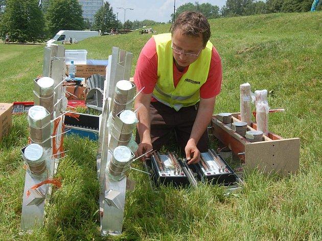 Pyrotechnik Pawel Nowaczek z Polska pracuje s nebezpečným materiálem při přípravě na soutěž ohňostrojů v Sokolově