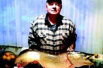 RYBÁŘ Stanislav Vogl ulovil štiku vážící přes 14 kilo. Je to už 15. úlovek, který skončí v jeho albu.