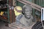 Leninova busta skončila v areálu technických služeb, kde jí společnost dělá ještě jedna, podobná.