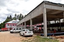 Stavba nových garáží.