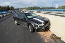 Opilý řidič naboural do betonových bloků.