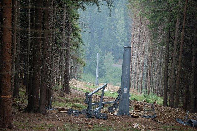 POLOVINU PRACÍ při výstavbě sedačkové lanovky mají za sebou vlekaři v krušnohorské Bublavě. V současné době už instalují sloupy lanovky.