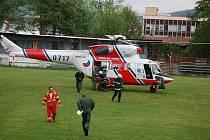 Popáleného muže transportoval vrtulník do nemocnice.