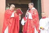 Před svatovavřineckou mší svatou požehnal zrekonstruovanému zvonu páter Romuald Štěpán Rob.