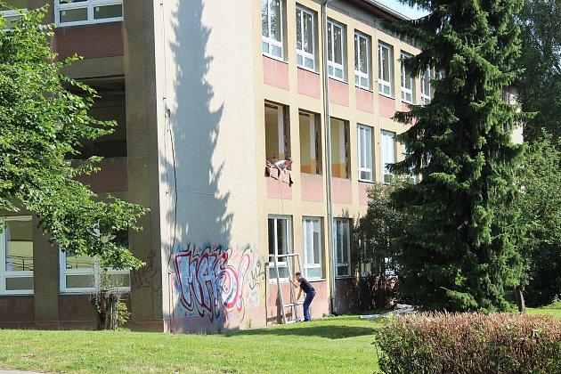 Okna už jsou na budovách škol ve Školní i Husově ulici vyměněná, v tomto roce dostanou školy  i nové fasády.