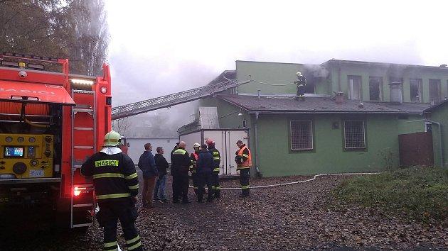 Zkrachovalou pekárnu zachvátil požár.