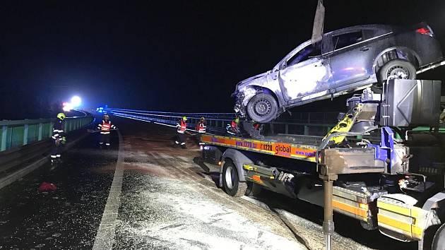 Vážná nehoda se odehrála v noci ze soboty na neděli na dálnici D6 nedaleko Sokolova. Řidička tady nabourala do svodidel, auto následně začalo hořet.