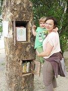 Bílá voda v Chodově má mobilní knihovnu i první čtenáře.