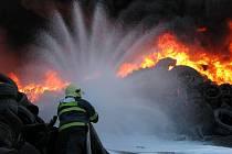 Požár pneumatik ve Vřesové.